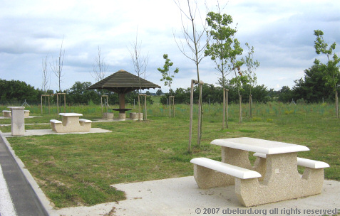 Picnic area near the large parking at the Aire de Garonne.