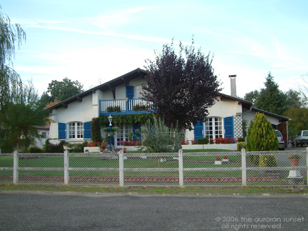 Landaise house with blue shutters. Image credit: the auroran sunset