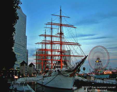 Hotels, a ship and a giant ferris wheel. Yokohama, Tokyo, Japan. Image credit: abelard.org